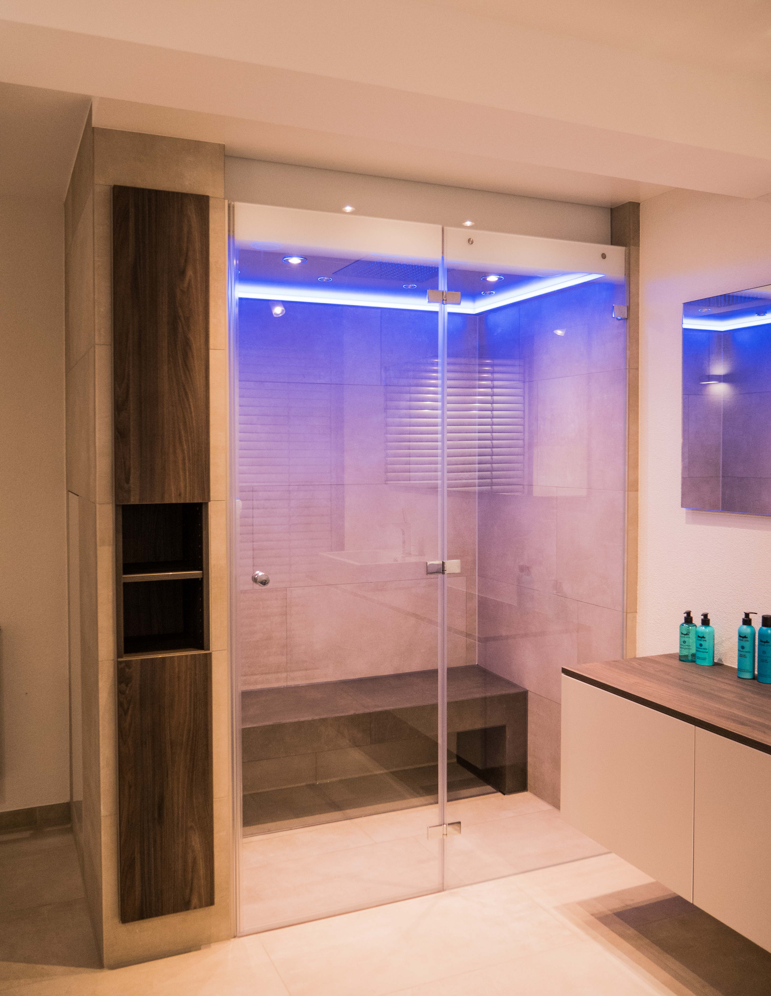 Wohnbad im Shabby-Look, großzügige bodengleiche Dusche Walk-In, Dekorfliese im Shabby-Look