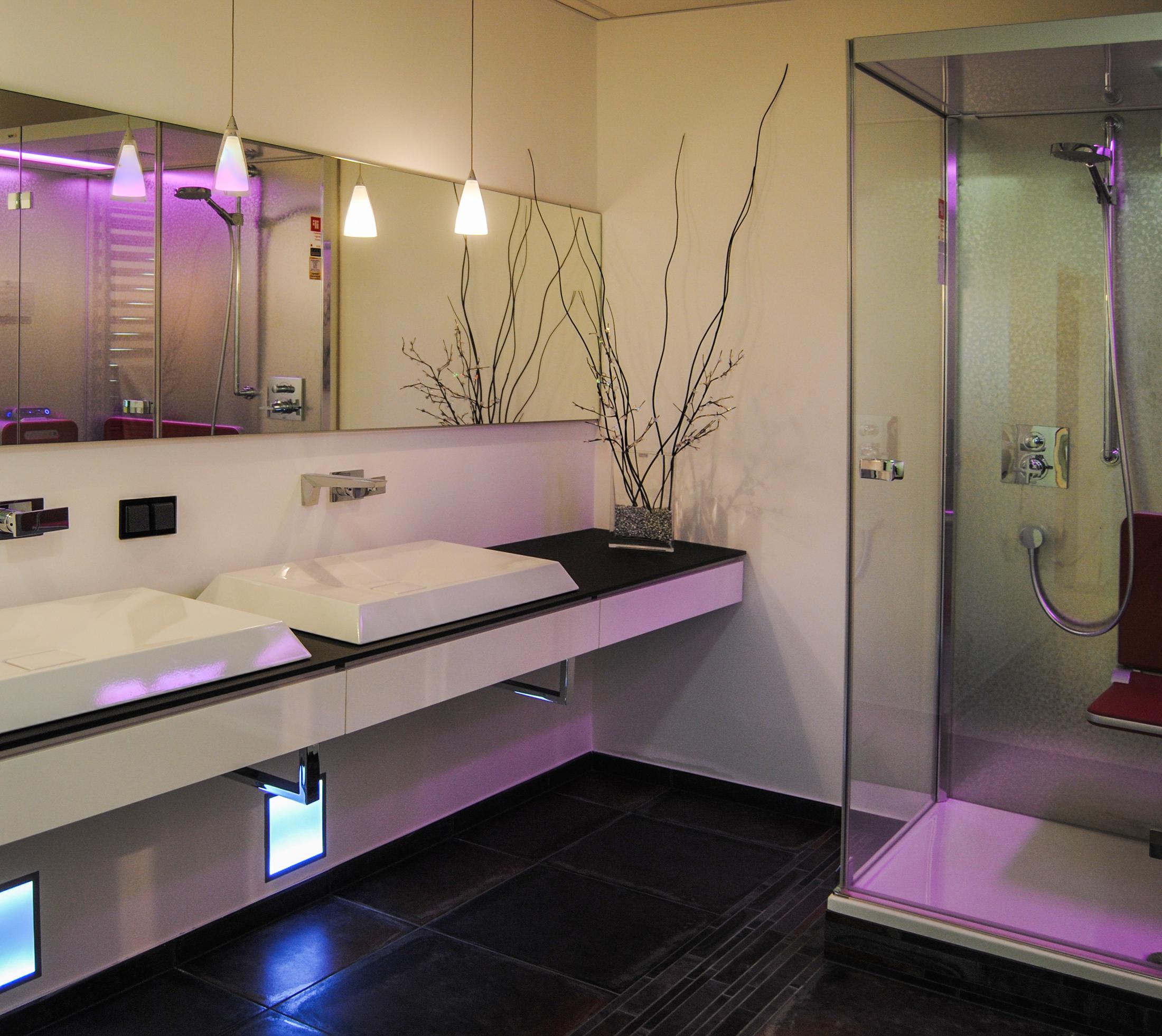 Doppel-Waschtischanlage aus Glas mit Aufsatzbecken und atmosphärischer Beleuchtung