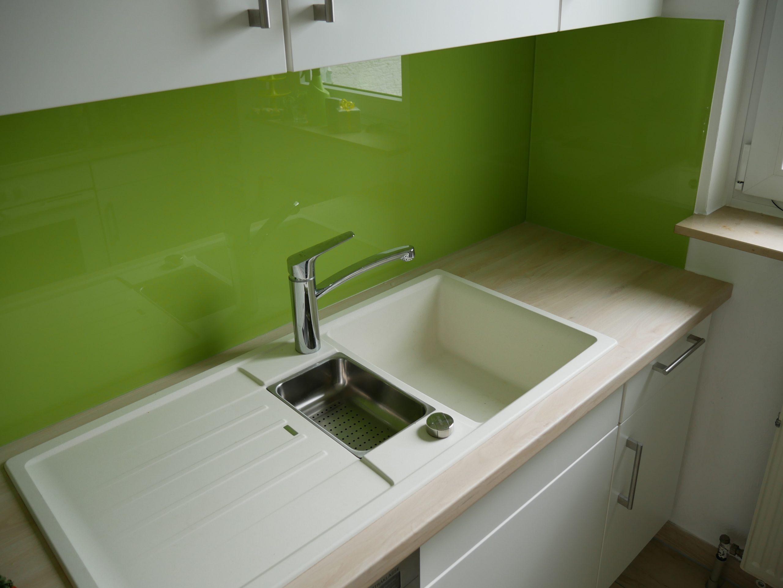 Küche mit Glasrückwand in Knallgrün