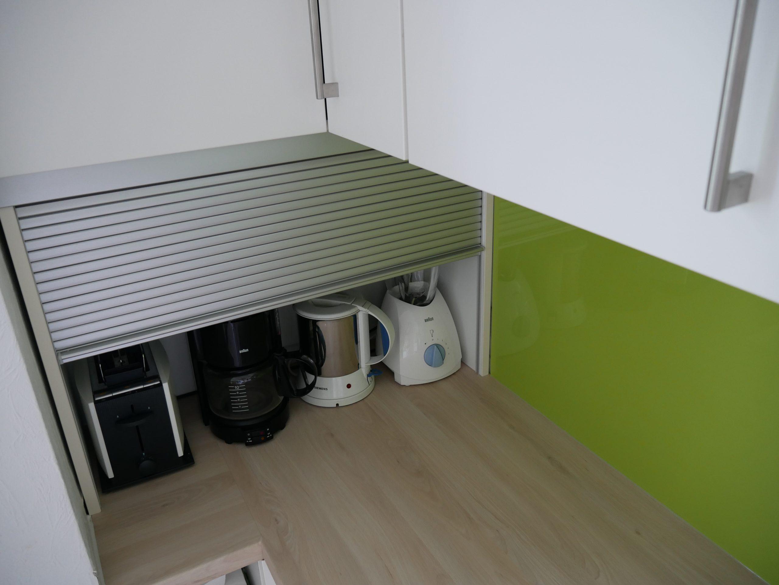 Küche mit Rolladenschrank