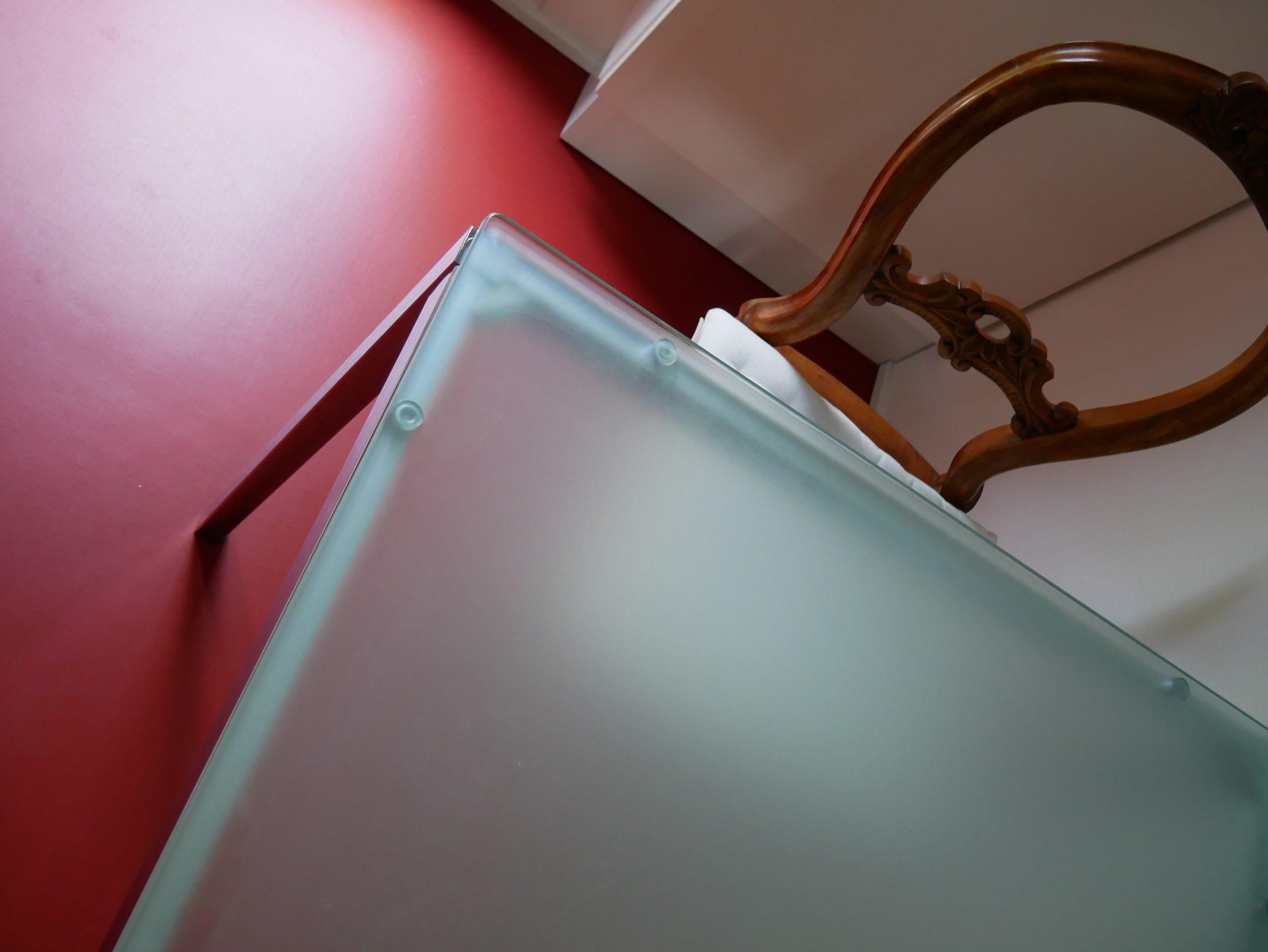 Küche mit rotem Linoleum-Boden