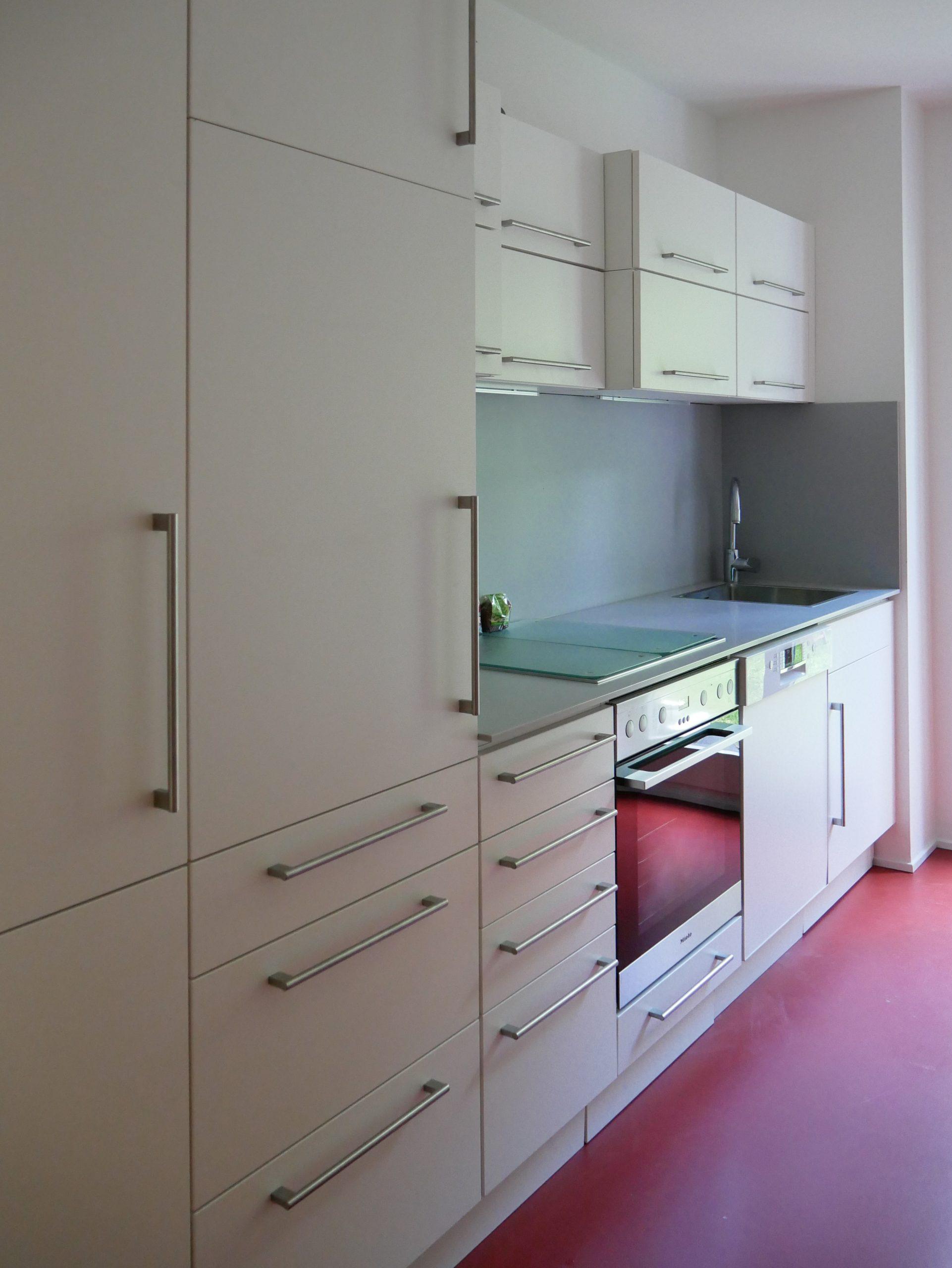 Küche mit neuen Fronten und rotem Boden